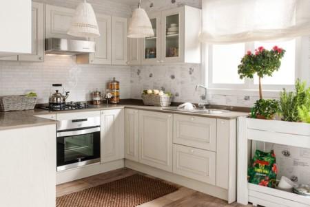 Una cocina luminosa y actual los muebles blancos son for Cocinas blancas clasicas