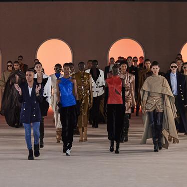 Las capas, el cuero y las botas mosqueteras XXL protagonizan el sofisticado desfile Otoño-Invierno 2020/21 de Balmain en la Semana de la Moda de París
