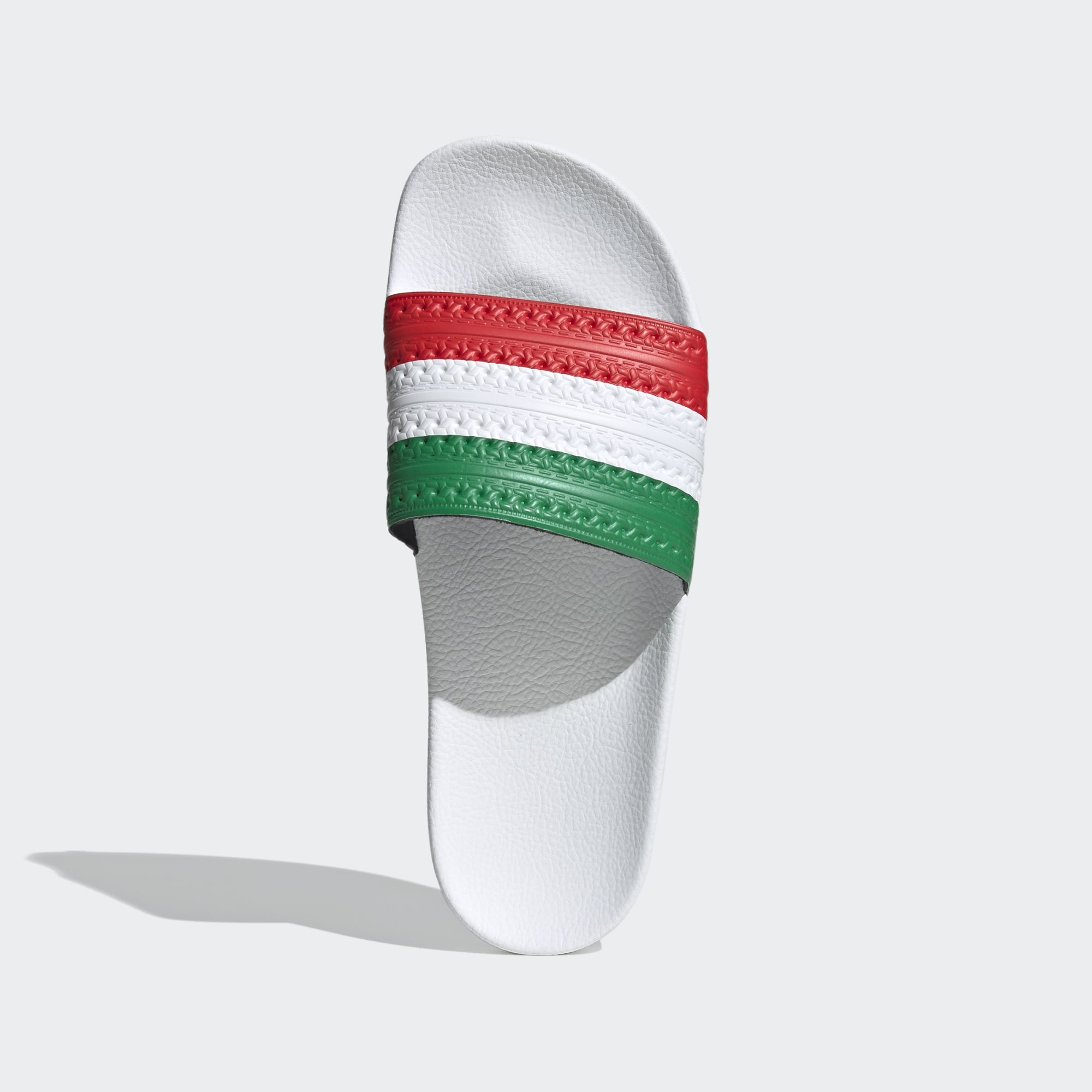 Con bandera de Italia o Hungría.