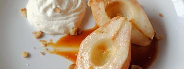 Peras asadas al caramelo con chantilly: receta sencilla de postre
