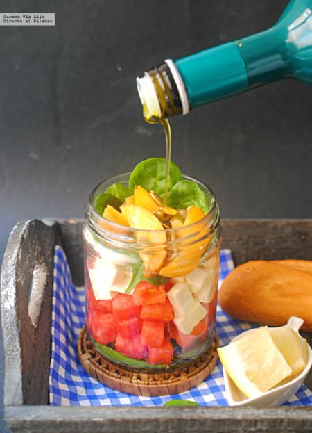 Ensalada veraniega de espinacas y queso feta con frutas de temporada. Receta fácil y rápida