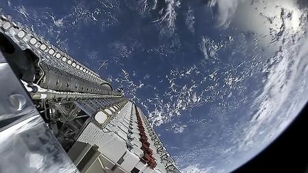 El satélite que SpaceX oscureció para no molestar a los astrónomos sigue brillando en el cielo, aunque tiene explicación