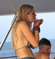 Mischa Barton lo peta en sus vacaciones