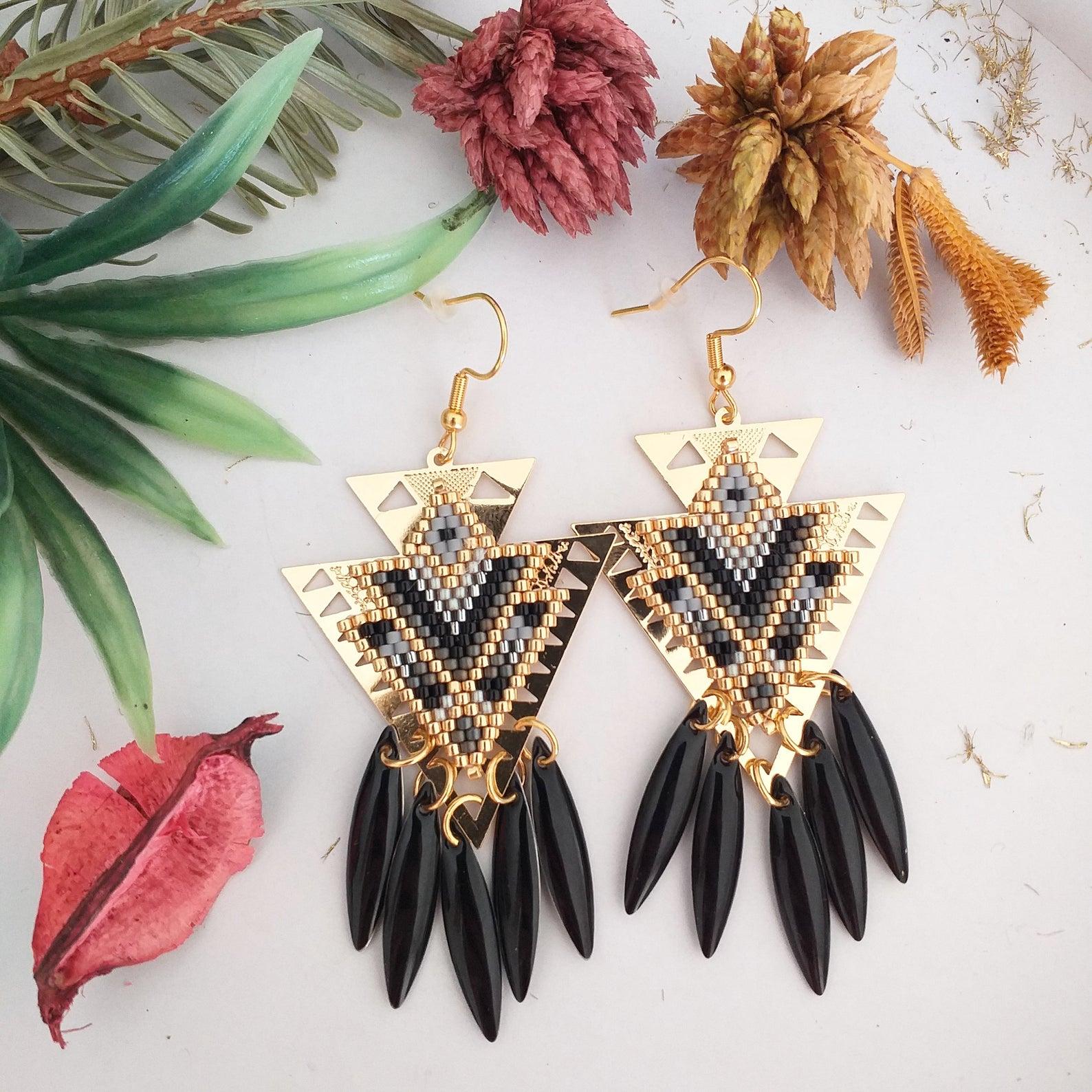 Pendientes triangulares en negro, gris y oro