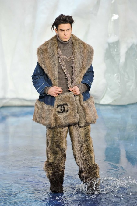 22 Chanel Fall Winter 2010 Paris