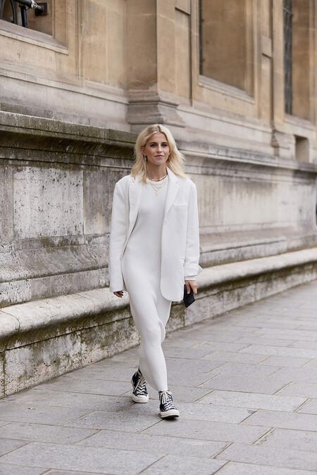 Nueve vestidos de punto midi y largos de colores neutros que quedan genial tanto con zapatillas deportivas como con botas