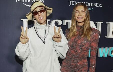 Hailey Bieber apuesta por un minivestido muy sexy y está radiante en la première del documental de Justin Bieber