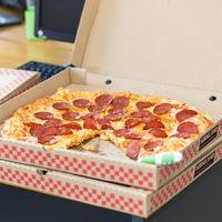 Los controladores aéreos canadienses envían cientos de pizzas a sus compañeros estadounidenses que llevan semanas sin cobrar