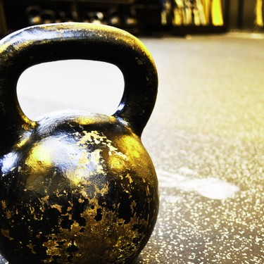 Siete ejercicios multiarticulares para practicar con una kettlebell o pesa rusa