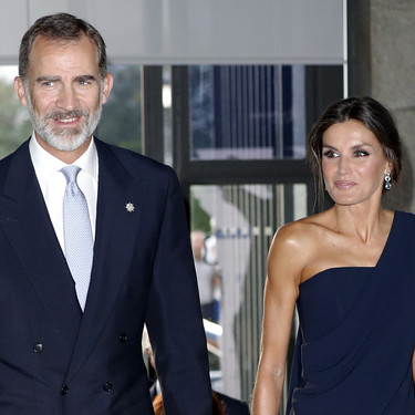 Doña Letizia deslumbra con su look de fiesta en el Teatro Real