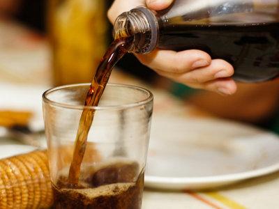 Impuesto a bebidas azucaradas provoca una disminución en su consumo