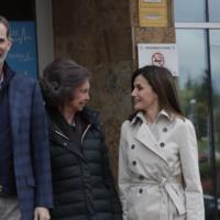 La Reina Doña Letizia y Doña Sofía reaparecen juntas para visitar al Rey Don Juan Carlos tras su operación de rodilla
