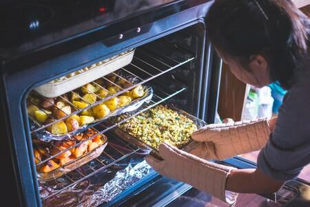 ¿Cuánto cuesta poner el horno con el actual precio de la luz? Casi medio euro asar un pollo en hora punta