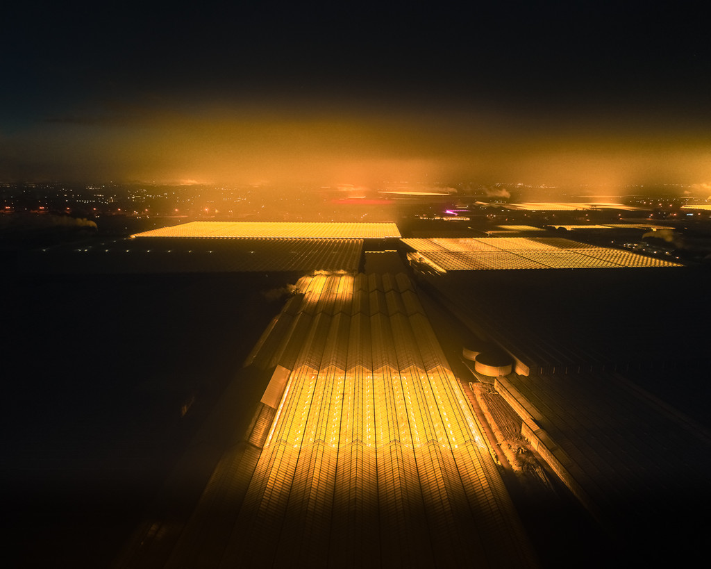 Una mirada al hipnotizante aspecto cyberpunk de los invernaderos LED vistos desde el aire