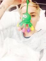 Miley Cyrus no deja el móvil ni en el hospital