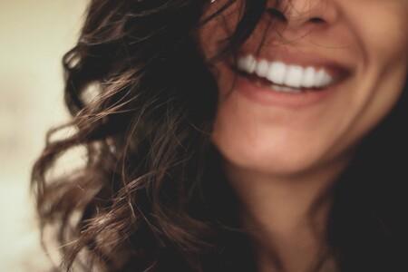 El blanqueador dental más vendido en Amazon es de carbón activo y cuesta menos de 15 euros