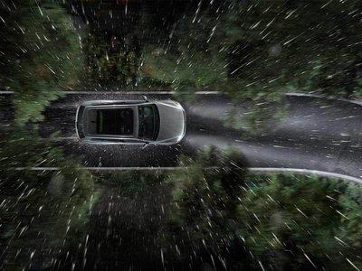 Qué hacer y qué no hacer si tu auto termina en una inundación