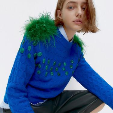 Con plumas y a todo color: estos son los jerséis de Uterqüe que prometen marcar un giro rompedor a nuestros looks diarios