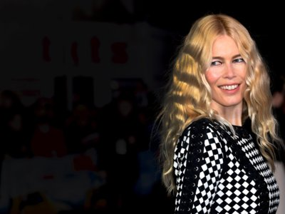 Claudia Schiffer reaparece estupenda y con un minidress bicolor