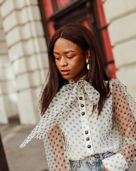 La camisa blanca con lunares es perfecta para vestir durante todo el año, y el street style nos lo demuestra con estos looks