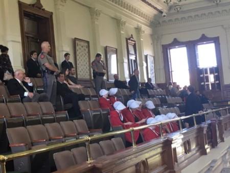 ¿Por qué estas mujeres han ido vestidas como criadas antiguas al senado de Texas?