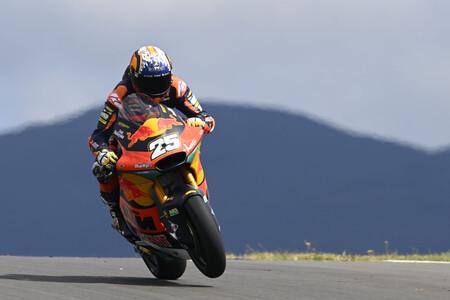 ¡Titánico! Raúl Fernández se estrena en Moto2 tras solo tres carreras aprovechando una caída de Sam Lowes