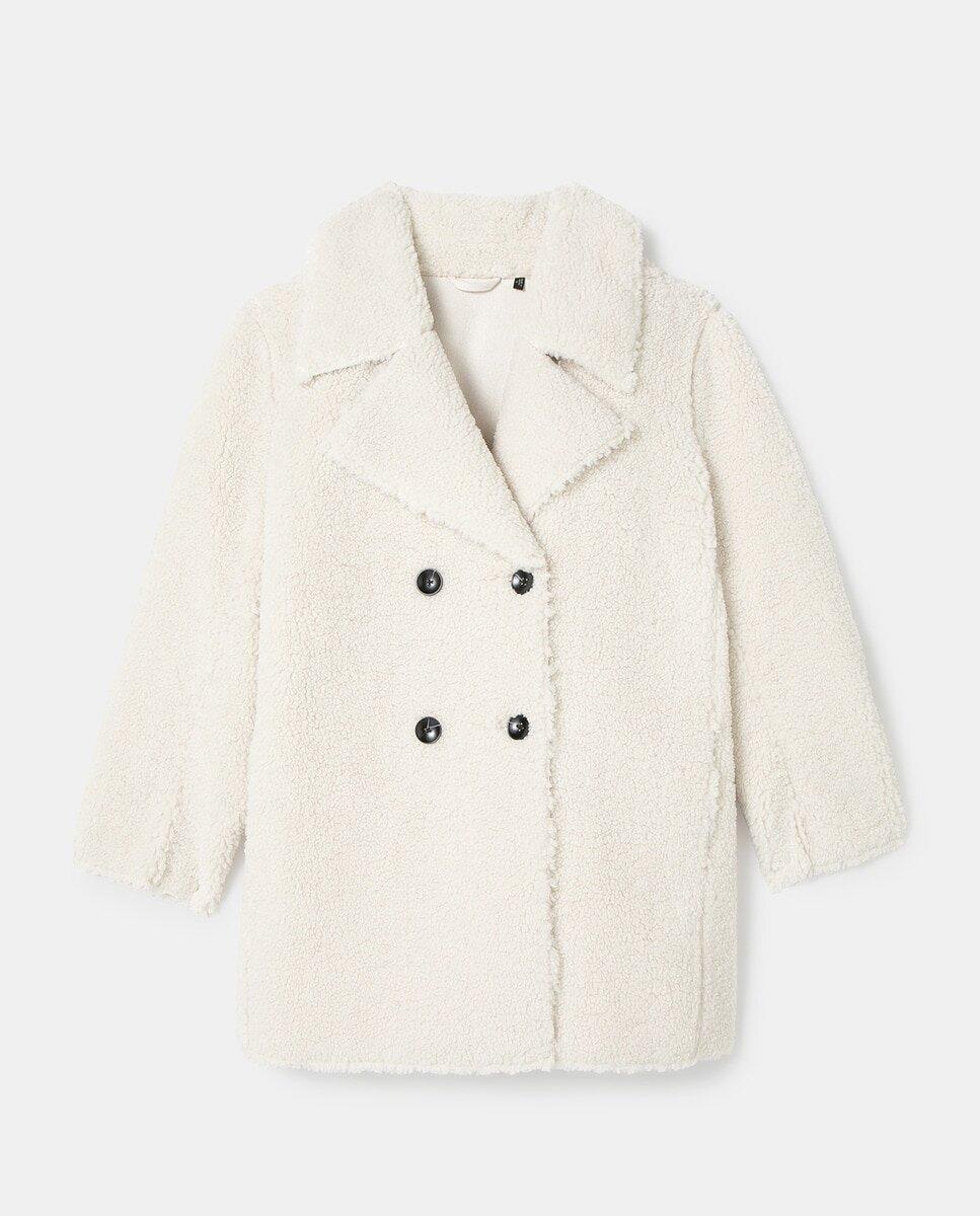 """Vestir un abrigo blanco de borreguito es como caminar arropada entre nubes. Este diseño de SOUTHERN COTTON es calentito, agradable al tacto, luminoso y reversible. Pero eso no es todo: gracias a los nuevos servicios de compra online de El Corte Inglés, puedes adquirirlo y recibirlo en casa ese mismo día. O, si lo prefieres, optar por la entrega """"Click & Car"""": lo compras online, lo recoges en El Corte Inglés desde tu coche."""