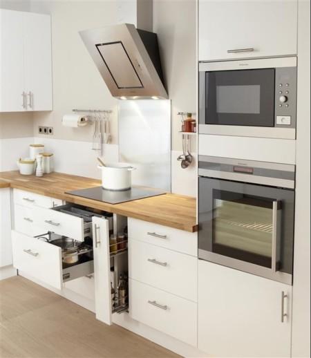 Una cocina luminosa y actual los muebles blancos son for Paredes de cocinas modernas