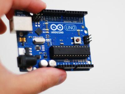 Esta placa de Arduino simula todas las neuronas del cerebro de un gusano, para que se mueva y reaccione como tal