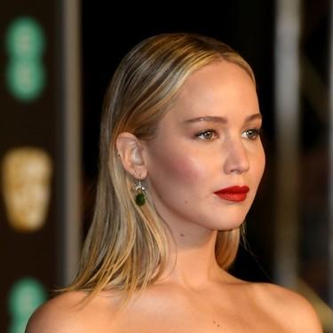 Bien por Jennifer Lawrence, quién rompe tanto vestido negro en los BAFTA con un pequeño detalle en blanco