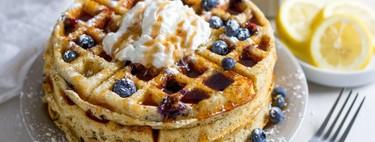 Waffles de limón y queso ricotta con jarabe de moras azules. Receta de desayuno
