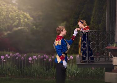 El amor de un hermano al vestirse de príncipe para una sesión de fotos con su hermana pequeña