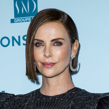 Charlize Theron vuelve a demostrar cómo un little black dress es una apuesta segura