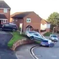 El par instantáneo lo carga el diablo: un conductor estrella su Porsche Taycan al confundir los pedales mientras aparca
