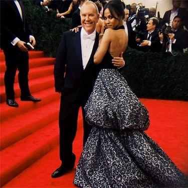 Zoe Saldana está guapa hasta con las formas más especiales de Michael Kors en la Gala del MET 2014
