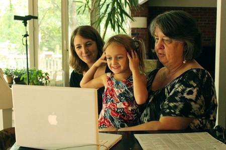 Los peques contagian a sus abuelos el uso de las tecnologías para estar siempre conectados