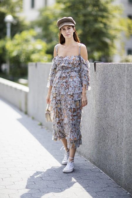 vestidos estampados con sneakers