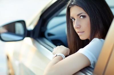 Chicas que pagabais hasta el 39 % menos por el seguro del coche: con la paridad habéis topado