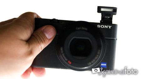 Sony RX100 vista frontal con flash