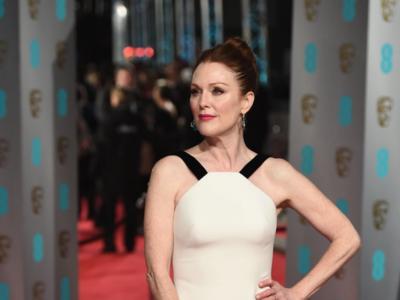 Julianne Moore quiere brillar sin pasar frío y el terciopelo es su mejor aliado en los BAFTA 2016