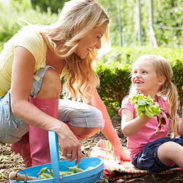 Haz jardinería con tus hijos: 11 beneficios y cómo disfrutar de esta actividad con los niños