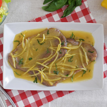 Piccata al limone con basilico o filetes de ternera al limón con albahaca: receta italiana de puro sabor mediterráneo