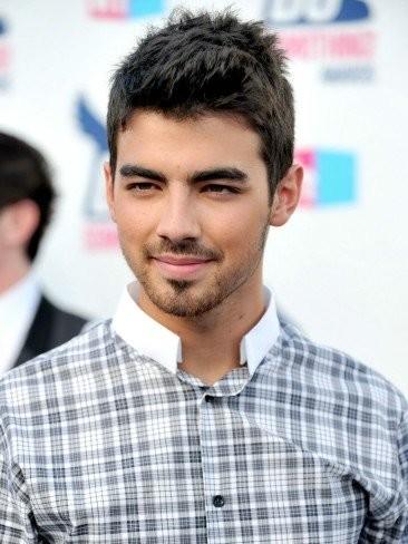 Joe Jonas arrasa en los premios Do Something (con su ex delante)