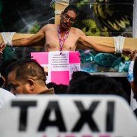 """""""Crucificándose"""" taxistas hacen macro bloqueo nacional contra Uber, Cabify y DiDi en México"""