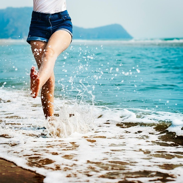Mujer saltando en el mar.