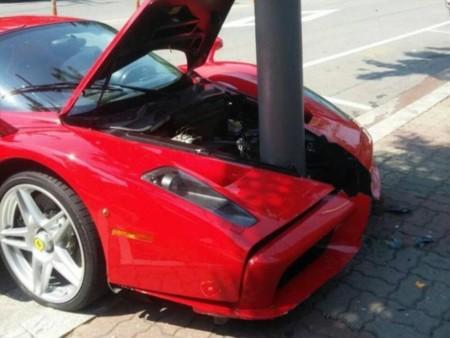 Dolorpasión™: Si vivieras en Corea del Sur y tuvieras un Ferrari Enzo, no le clavarías un poste