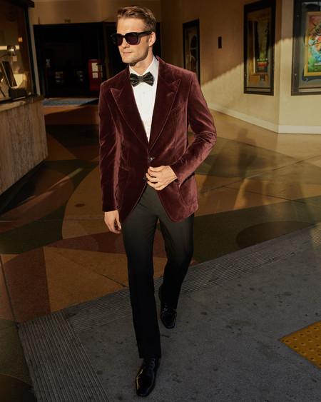 Fiesta a todo color: seis chaquetas de terciopelo para romper la regla del look en negro