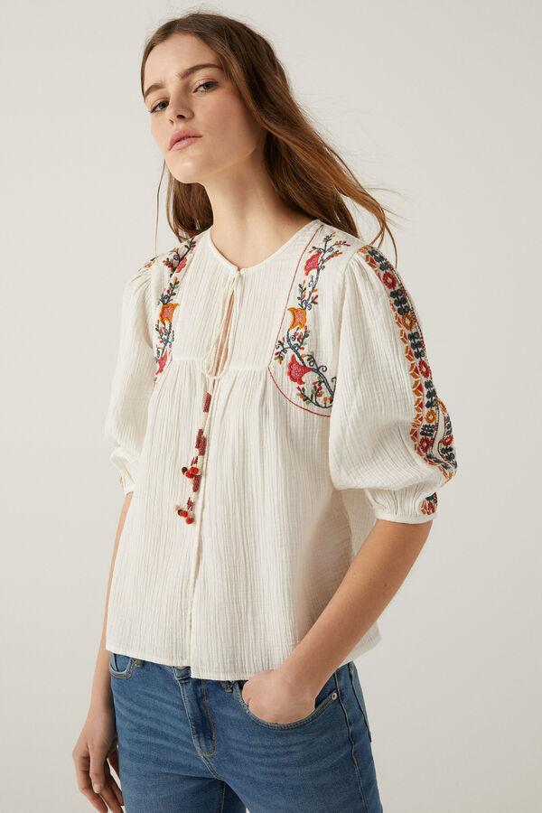 Blusa con bordados estilo étnico