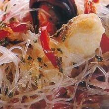Ensalada de pescado con tallarines chinos