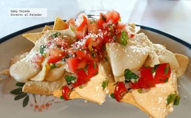 Nachos con salsa de frijoles picante. Botana